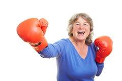 Femme avec le sourire de gants de boxe Images stock