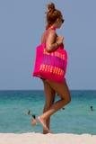 Femme avec le style rose énorme de ressac de sac dans Miami Beach Images stock