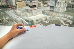 Femme avec le stylo de liquide correcteur sur la moquerie vers le haut de la feuille de papier pour le retrait d'erreur Photo libre de droits