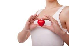 Femme avec le symbole d'amour de coeur d'isolement sur le blanc Photo libre de droits