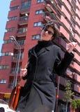 Femme avec le téléphone dans une ville Photo libre de droits