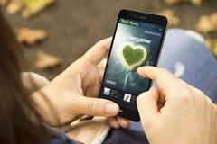 femme avec le téléphone de conception de lune de miel de voyage en parc Photo libre de droits