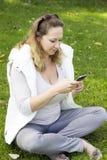 Femme avec le téléphone intelligent dehors Photo stock