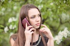 femme avec le téléphone portable image stock