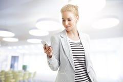 Femme avec le téléphone portable Photo libre de droits