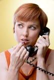 Femme avec le téléphone rotatoire appliquant le rouge à lievres Photos stock
