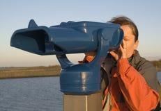 Femme avec le télescope Photographie stock