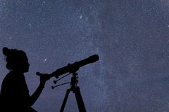 Femme avec le télescope observant les étoiles Femme d'observation des étoiles et Ni Images libres de droits