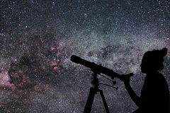 Femme avec le télescope observant les étoiles Femme d'observation des étoiles et Ni image stock
