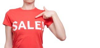 Femme avec le T-shirt avec une remise d'achat de boutique de vente d'inscription Photo libre de droits