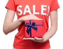 Femme avec le T-shirt avec une remise disponible d'achat de boutique de boîte de vente d'inscription Photos stock