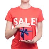 Femme avec le T-shirt avec une remise disponible d'achat de boutique de boîte de vente d'inscription Images libres de droits