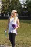 Femme avec le tapis de camping Photo stock