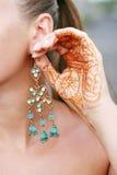 Femme avec le tatouage et la boucle d'oreille de henné image stock
