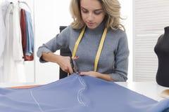 Femme avec le tissu de mesure de coupe de bande Images stock