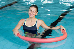 Femme avec le tube d'aqua Image stock