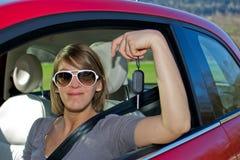 Femme avec le véhicule neuf Photo stock