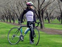 Femme avec le vélo Photos stock