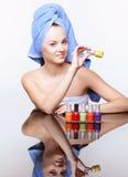 Femme avec le vernis de clou Photographie stock libre de droits