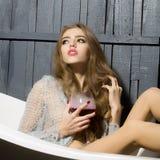 Femme avec le verre dans le bain Images libres de droits