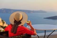 Femme avec le verre de vin dans Santorini, Grèce Photos libres de droits