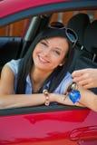 Femme avec le véhicule neuf et les clés de véhicule Photographie stock libre de droits