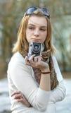 Femme avec le vieil appareil-photo Photographie stock