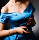 Femme avec le vin rouge en verre Photo stock