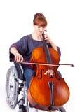 Femme avec le violoncelle sur le fauteuil roulant images libres de droits