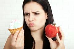 Femme avec le visage de plan rapproché de pomme Les belles femmes existe pour nettoyer la peau sur le visage qui choisit de mange photos stock