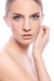 Femme avec le visage propre au-dessus du fond blanc image libre de droits