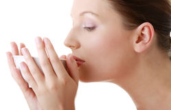 Femme avec le visage propre buvant du thé grean Photos libres de droits