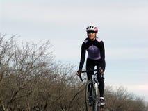 Femme avec le vélo Image libre de droits