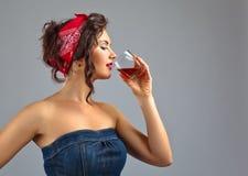 Femme avec le whiskey photos libres de droits