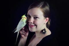 Femme avec les amis proches d'oiseau Images libres de droits