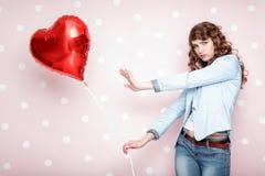 Femme avec les ballons à air en forme de coeur Images libres de droits