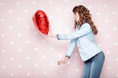 Femme avec les ballons à air en forme de coeur Image libre de droits