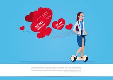 Femme avec les ballons à air en forme de coeur montant le scooter électrique Valentine Day Concept heureux Photographie stock