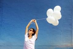 Femme avec les ballons blancs photos libres de droits
