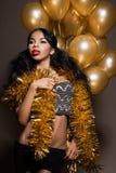 Femme avec les ballons d'or image stock