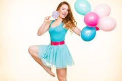 Femme avec les ballons et la lucette colorés photographie stock libre de droits