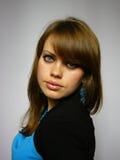 Femme avec les boucles d'oreille bleues Photos stock