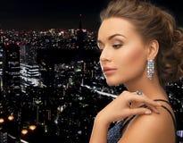 Femme avec les boucles d'oreille et l'anneau Photographie stock libre de droits