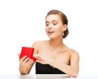 Femme avec les boucles d'oreille et le boîte-cadeau de diamant Images stock