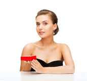 Femme avec les boucles d'oreille et le boîte-cadeau de diamant Image libre de droits