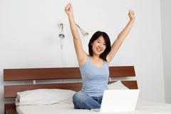 Femme avec les bras augmentés Images libres de droits