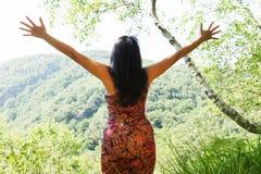 Femme avec les bras ouverts dans la forêt, concept Image libre de droits
