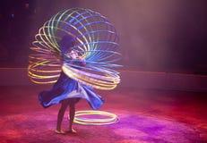 Femme avec les cercles multiples de danse polynésienne Photographie stock libre de droits
