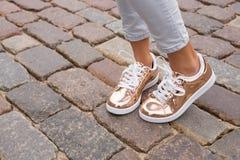 Femme avec les chaussures élégantes dans la ville Photo stock