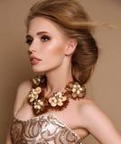 Femme avec les cheveux blonds et maquillage lumineux avec le collier luxueux photos stock